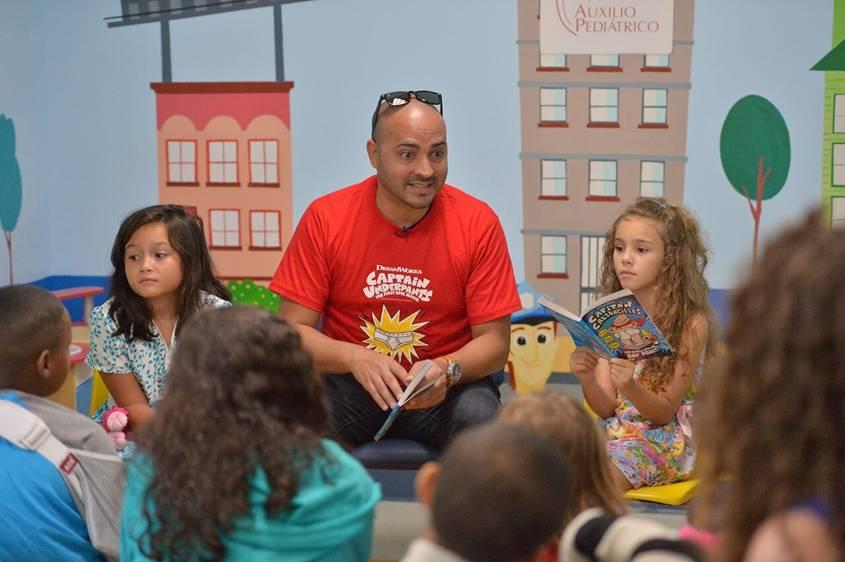 El comediante Alex Díaz se une a Captain Underpants para llevar sesiones de lectura a losniños